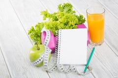 Allenamento e diario stante a dieta dello spazio della copia di forma fisica Fotografia Stock Libera da Diritti