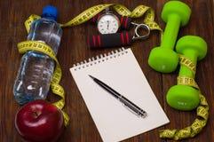 Allenamento e diario stante a dieta dello spazio della copia di forma fisica Concetto sano di stile di vita Fotografie Stock Libere da Diritti