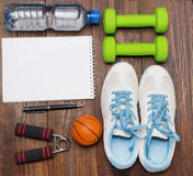 Allenamento e diario stante a dieta dello spazio della copia di forma fisica Concetto sano di stile di vita Immagine Stock