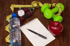 Allenamento e diario stante a dieta dello spazio della copia di forma fisica Concetto sano di stile di vita Fotografia Stock Libera da Diritti
