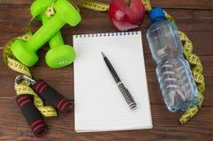 Allenamento e diario stante a dieta dello spazio della copia di forma fisica Concetto sano di stile di vita Immagini Stock Libere da Diritti