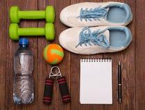 Allenamento e diario stante a dieta dello spazio della copia di forma fisica Concetto sano di stile di vita Fotografia Stock