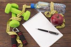 Allenamento e diario stante a dieta dello spazio della copia di forma fisica Concetto sano di stile di vita Fotografie Stock