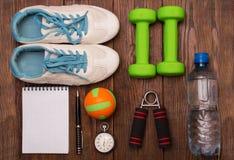 Allenamento e diario stante a dieta dello spazio della copia di forma fisica Concetto sano di stile di vita Immagini Stock