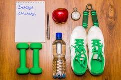 Allenamento e diario stante a dieta dello spazio della copia di forma fisica Concetto sano di stile di vita Testa di legno, acqua Fotografia Stock