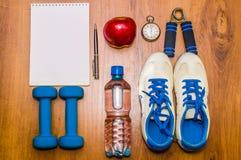 Allenamento e diario stante a dieta dello spazio della copia di forma fisica Concetto sano di stile di vita Testa di legno, acqua Immagine Stock Libera da Diritti