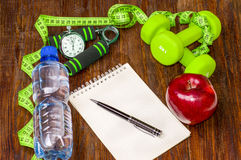 Allenamento e diario stante a dieta dello spazio della copia di forma fisica Stile di vita sano Fotografie Stock