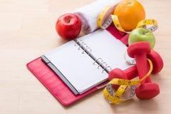 Allenamento e forma fisica che sono a dieta, concetto di progettazione di dieta di controllo Fotografia Stock