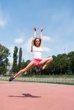 Allenamento e salto della donna Fotografie Stock Libere da Diritti