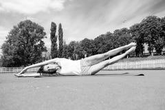 Allenamento ed allungamento della donna Fotografia Stock