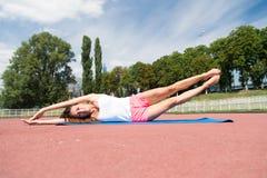 Allenamento ed allungamento della donna Fotografie Stock