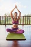 Allenamento facente di modello femminile di yoga di meditazione Immagine Stock Libera da Diritti