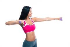 Allenamento felice della donna di forma fisica con le teste di legno Fotografia Stock Libera da Diritti