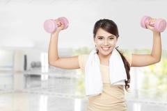 Allenamento felice della donna di forma fisica con le teste di legno Immagini Stock Libere da Diritti