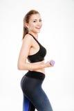 Allenamento felice della donna di forma fisica con le teste di legno Fotografia Stock