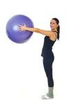 Allenamento femminile con la sfera dei pilates Fotografie Stock