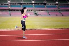 Allenamento femminile del corridore in stadio Immagini Stock Libere da Diritti