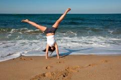Allenamento femminile sulla spiaggia Fotografia Stock