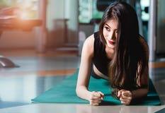 Allenamento fisico del tavolato della donna della plancia asiatica di esercizio Immagine Stock Libera da Diritti