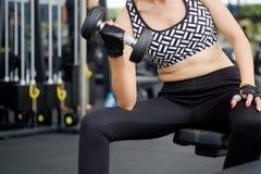 Allenamento grasso della donna nella palestra di forma fisica per una combustione grassa Fotografia Stock