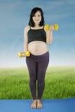 Allenamento grazioso della donna incinta Immagine Stock Libera da Diritti