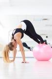 Allenamento grazioso di forma fisica della giovane donna in palestra con fitball Fotografia Stock Libera da Diritti