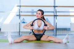 Allenamento magico di esercizio dell'anello della donna di Pilates alla palestra dell'interno Fotografia Stock Libera da Diritti