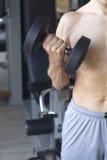 Allenamento maschio di forma fisica della palestra Fotografie Stock