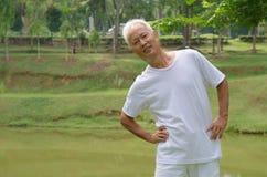 Allenamento maschio senior asiatico nel parco Fotografia Stock
