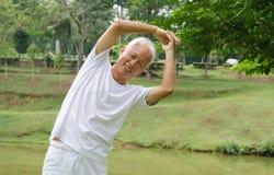 Allenamento maschio senior asiatico nel parco Immagini Stock