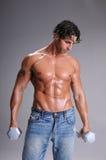 Allenamento muscolare dell'uomo Fotografie Stock Libere da Diritti