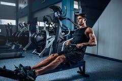 Allenamento muscolare dell'uomo sulla macchina di esercizio Immagine Stock Libera da Diritti