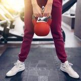 Allenamento muscolare della donna con il bilanciere a forma fisica della palestra Fotografia Stock
