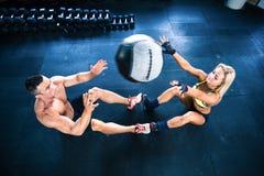 Allenamento muscolare della donna e dell'uomo con fitball Immagine Stock Libera da Diritti