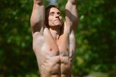 Allenamento muscolare della via di pratica dell'uomo in una palestra all'aperto Immagini Stock Libere da Diritti