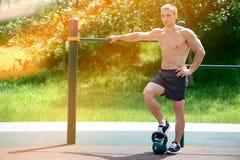 Allenamento muscolare della via di pratica dell'uomo in una palestra all'aperto Fotografia Stock