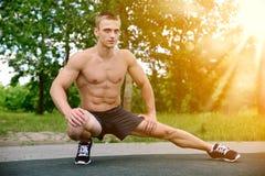 Allenamento muscolare della via di pratica dell'uomo in una palestra all'aperto Immagini Stock
