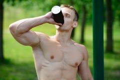 Allenamento muscolare della via di pratica dell'uomo in una palestra all'aperto Fotografie Stock