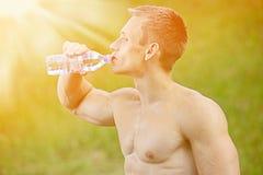 Allenamento muscolare della via di pratica dell'uomo in una palestra all'aperto Fotografia Stock Libera da Diritti