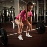 Allenamento nella palestra di forma fisica con i bilancieri - allenamento della donna del powerlift Immagini Stock