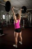 Allenamento nella palestra di forma fisica con i bilancieri - allenamento della donna del powerlift Fotografia Stock