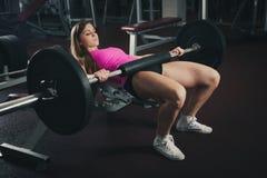 Allenamento nella palestra di forma fisica con i bilancieri - allenamento della donna del powerlift Immagine Stock