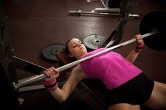 Allenamento nella palestra di forma fisica con i bilancieri - allenamento della donna del powerlift Immagini Stock Libere da Diritti