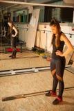 Allenamento nella palestra di forma fisica con i bilancieri - allenamento della donna del powerlift Immagine Stock Libera da Diritti