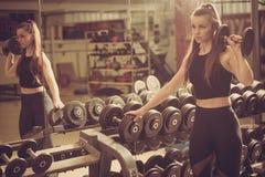Allenamento nella palestra di forma fisica con i bilancieri - allenamento della donna del powerlift Fotografia Stock Libera da Diritti