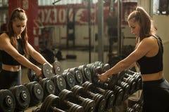 Allenamento nella palestra di forma fisica con i bilancieri - allenamento della donna del powerlift Fotografie Stock Libere da Diritti