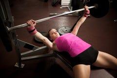 Allenamento nella palestra di forma fisica con i bilancieri - allenamento della donna del powerlift Fotografie Stock