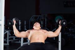 Allenamento professionale del culturista con il bilanciere alla palestra Grande addestramento muscolare sicuro dell'uomo motivazi Immagini Stock