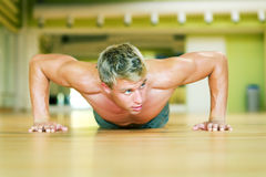 Allenamento - pushups Fotografia Stock