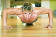 Allenamento - pushups Immagine Stock
